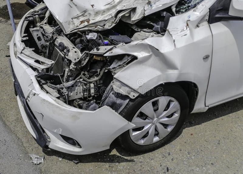 Witte autoneerstorting na ongeval en de motorvoorwaarde binnen t stock afbeelding
