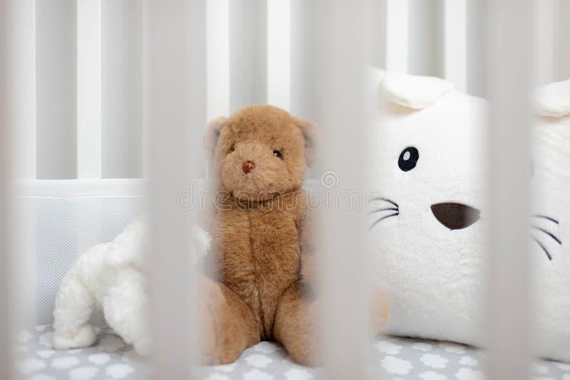 Witte baby` s voederbak met gevulde dieren royalty-vrije stock foto