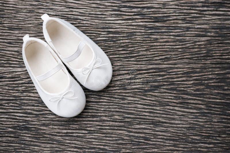 Witte babyschoen op houten achtergrond, hoogste mening royalty-vrije stock foto