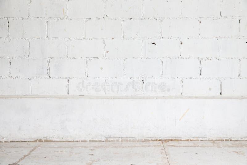 Witte bakstenen muur en houten vloerachtergrond royalty-vrije stock foto's