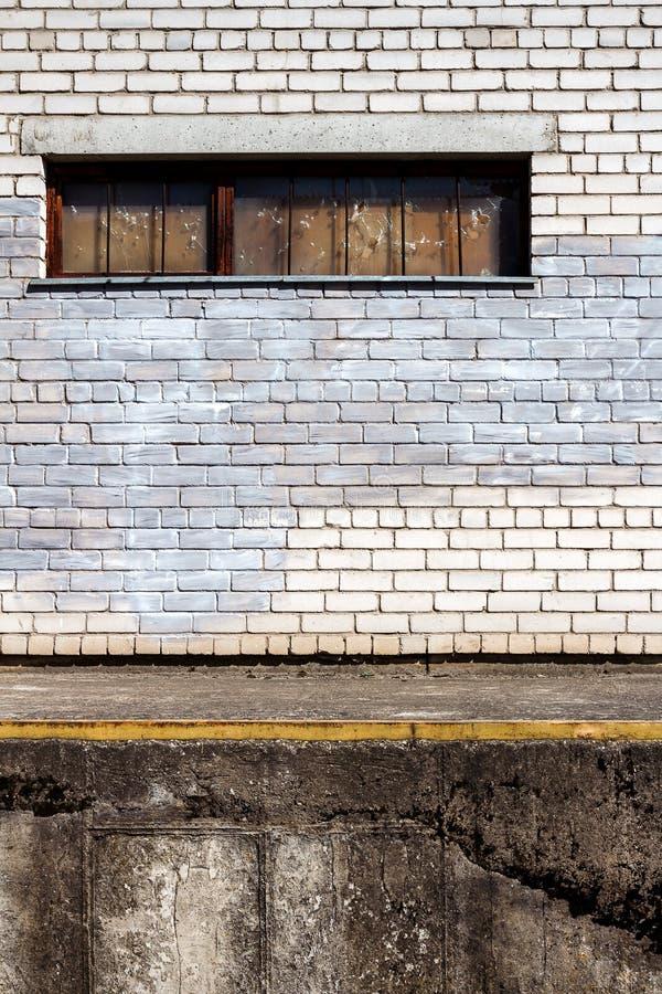 Witte bakstenen muur met een ingescheept venster royalty-vrije stock afbeeldingen
