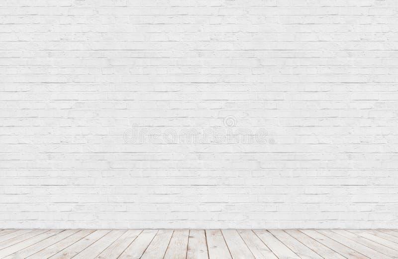 Witte bakstenen muur met houten vloerruimte stock afbeelding