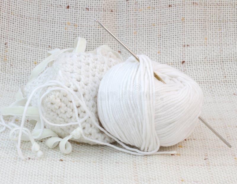 Witte bal (clew) van garen en breiende haak royalty-vrije stock foto's