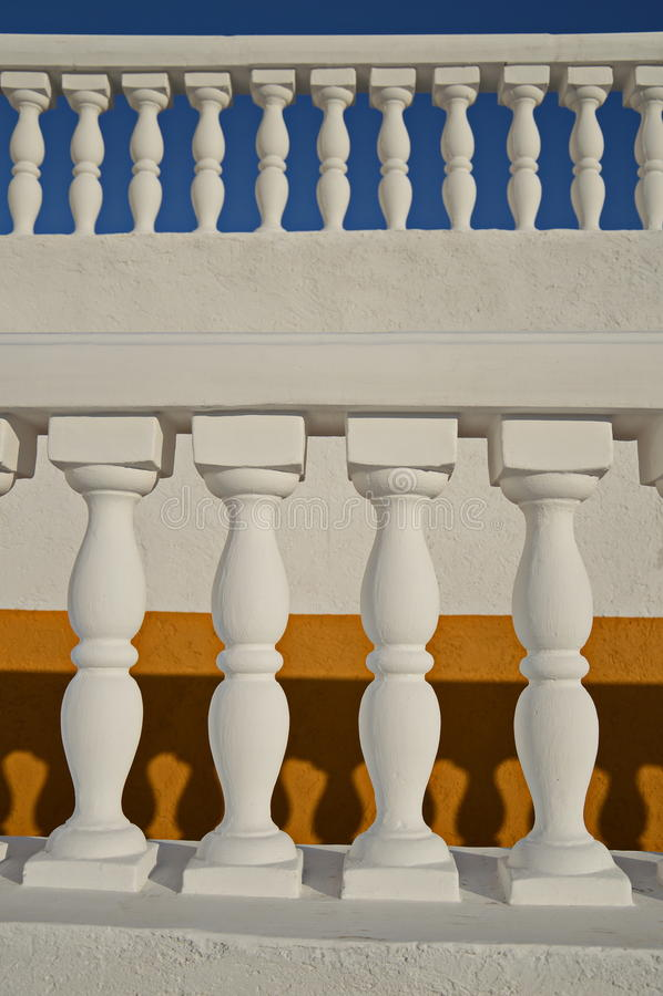 Witte balusters op de gele en blauwe achtergronden royalty-vrije stock fotografie