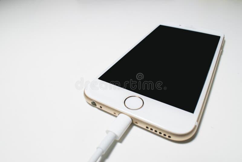 Witte batterijlader die in de telefoon wordt gestopt stock afbeeldingen