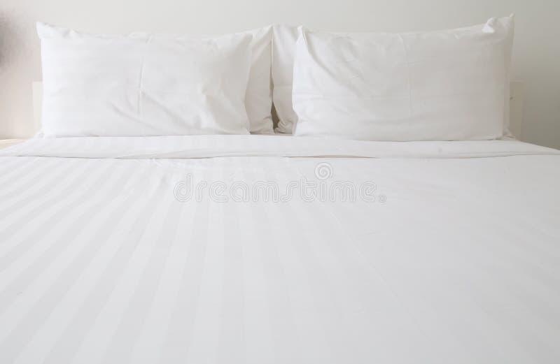Witte bedbladen en hoofdkussens royalty-vrije stock afbeelding