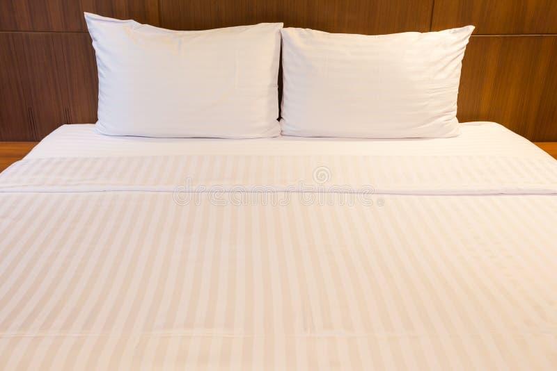 Witte bedbladen en hoofdkussens royalty-vrije stock foto's