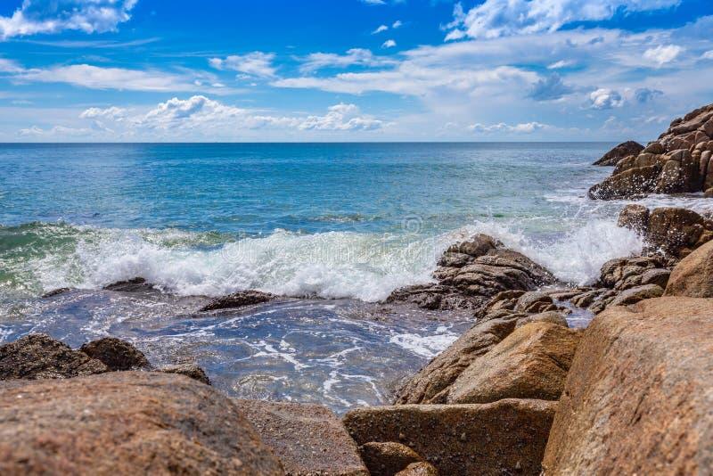 Witte bellen van grote die golven op de rots worden geraakt Het Naithonstrand is een stille strandvakantie bij een meestal natuur stock afbeeldingen