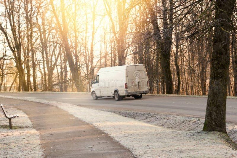 Witte bestelwagen in een landelijke weg royalty-vrije stock foto's