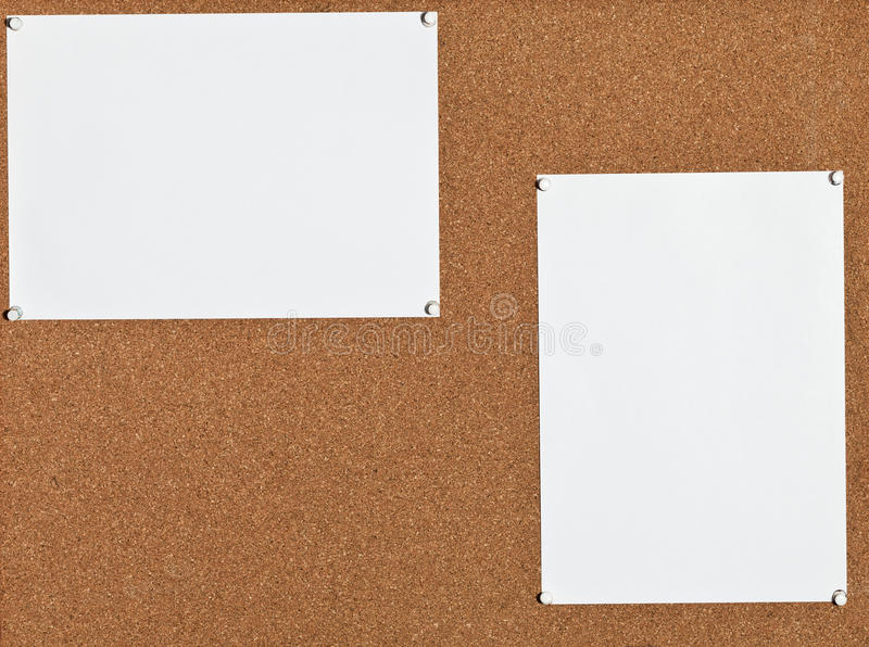 Witte bladen van document op cork raad stock afbeeldingen