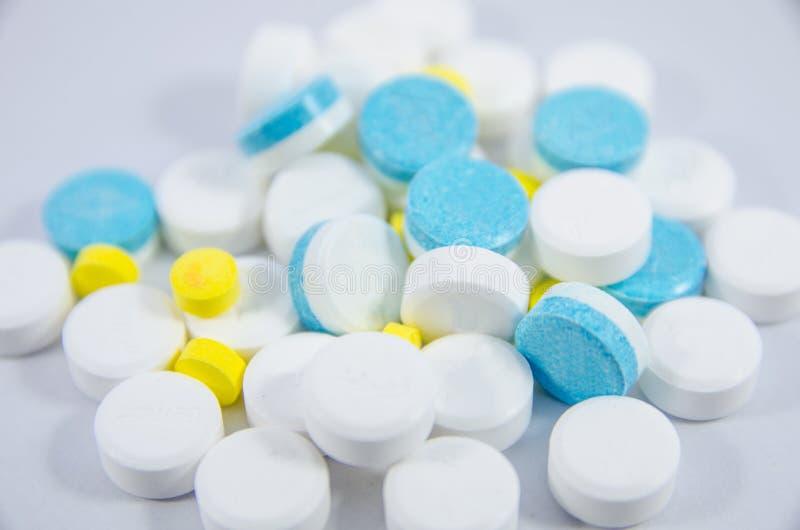 Witte, blauwe en gele pil stock afbeelding