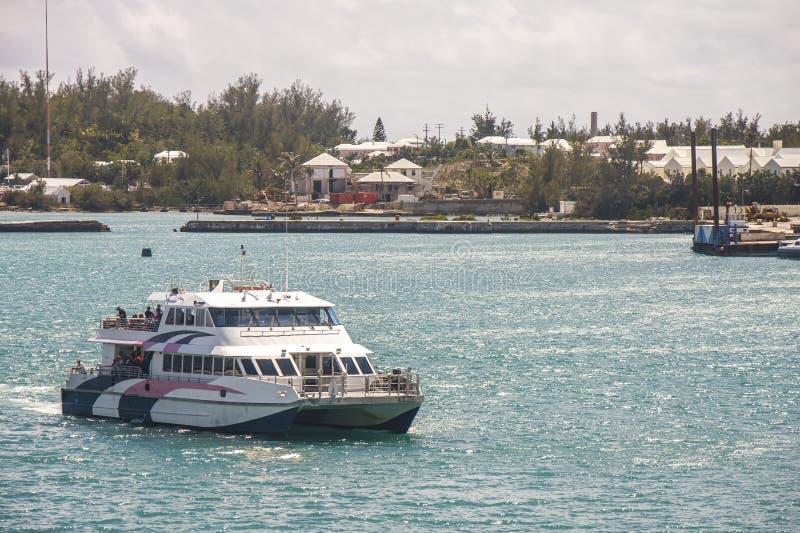 Witte Blauwe en Roze Veerboot in de Bermudas royalty-vrije stock afbeelding