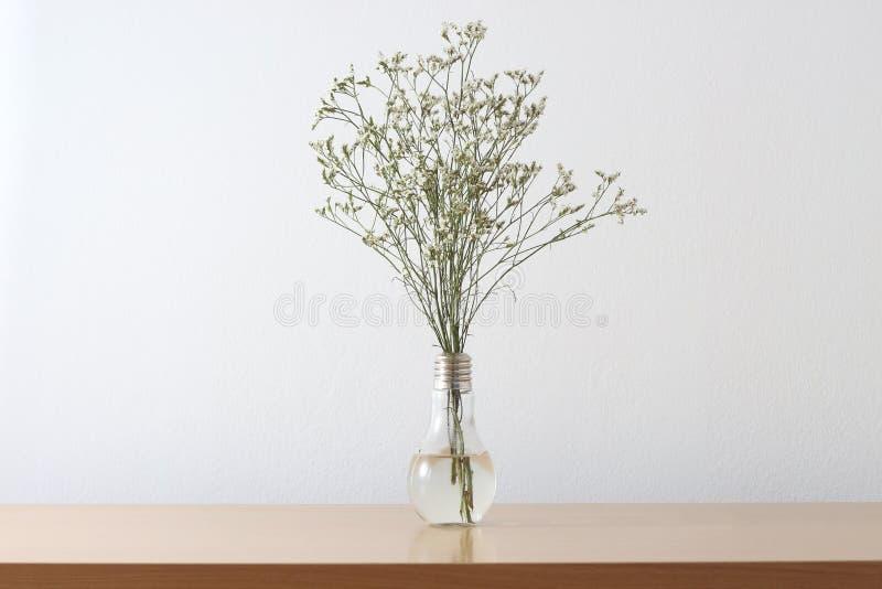 Witte bloemen op lijst royalty-vrije stock foto's