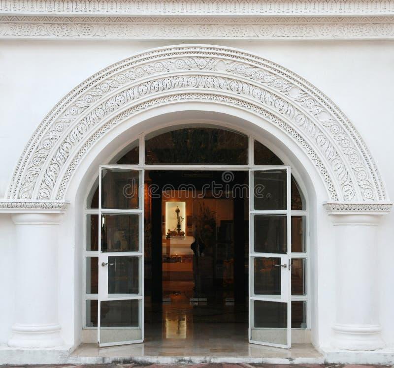 Witte boog, klassieke deur royalty-vrije stock foto