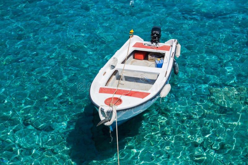 Witte boot bij glashelder blauw water van het strand van Marmara, dichtbij Aradena-kloof, Eiland Kreta stock foto's