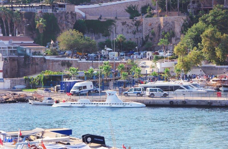 Witte boot in de baai van Middellandse Zee antalya Turkije royalty-vrije stock afbeelding