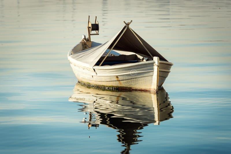 Witte boot in het water royalty-vrije stock foto