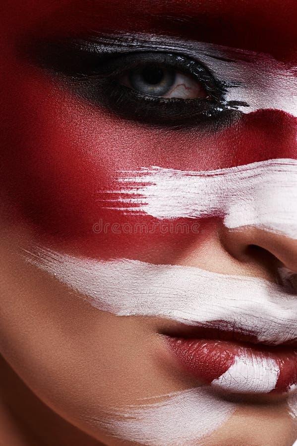 Witte Borstelslagen op rode Huid van schoonheidsvrouw royalty-vrije stock foto's