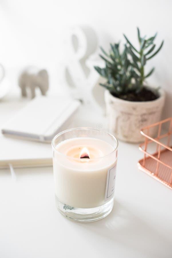 Witte brandende kaars op lijst, huisbinnenhuisarchitecturen stock fotografie