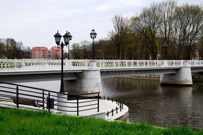 Witte brug op het Verhnee-meer (vroeger Oberteich) Kaliningr royalty-vrije stock foto