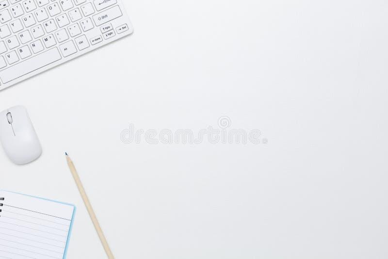 Witte bureaulijst met computertoetsenbord, notitieboekje, muis a royalty-vrije stock fotografie