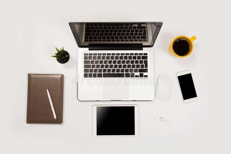 Witte bureaulijst met heel wat dingen op het Hoogste mening met exemplaarruimte royalty-vrije stock foto's