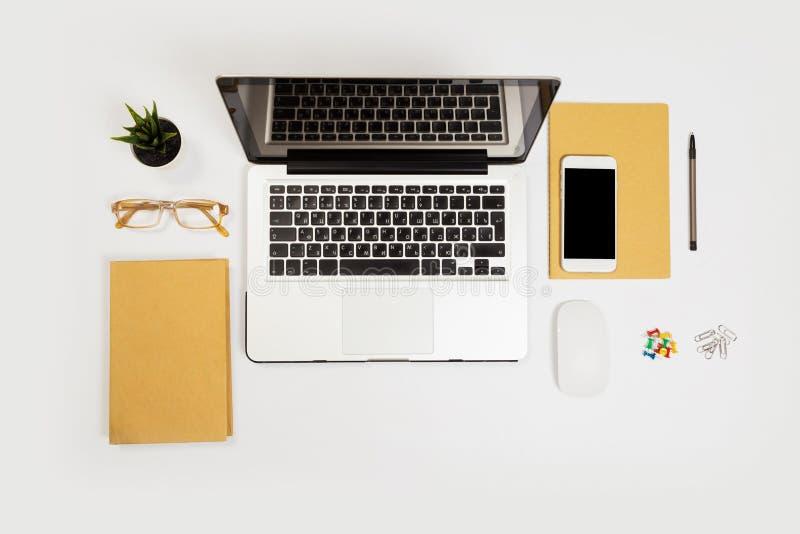 Witte bureaulijst met heel wat dingen op het Hoogste mening met exemplaarruimte royalty-vrije stock afbeeldingen