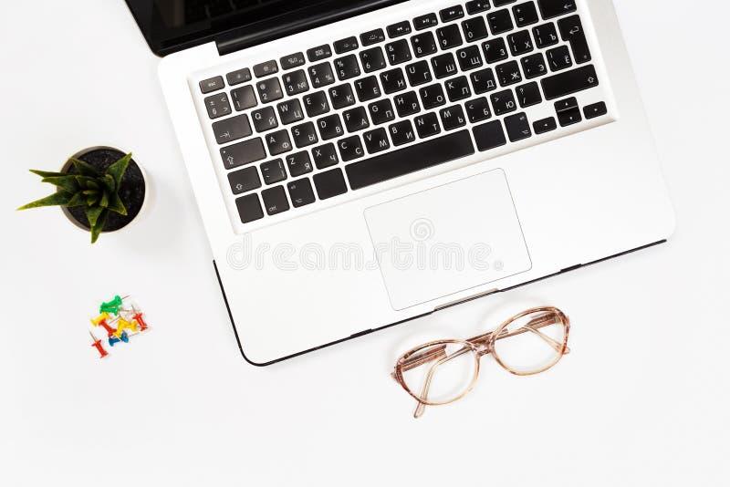 Witte bureaulijst met heel wat dingen op het Hoogste mening met exemplaarruimte stock afbeelding