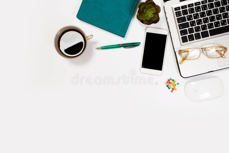 Witte bureaulijst met heel wat dingen op het Hoogste mening met exemplaarruimte stock foto's