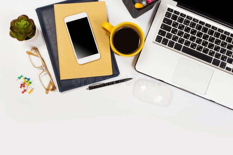 Witte bureaulijst met heel wat dingen op het Hoogste mening met exemplaarruimte royalty-vrije stock fotografie