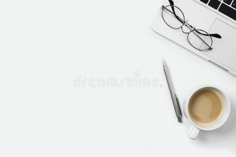 Witte bureaulijst met laptop, kop van koffie en levering De hoogste mening met vlakke exemplaarruimte, legt stock foto's