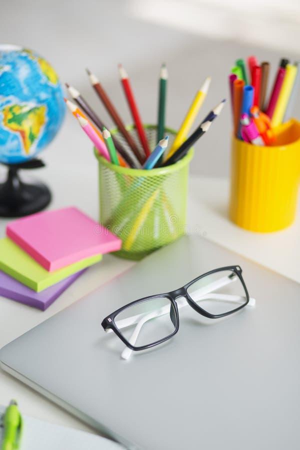 Witte bureaulijst met schooltoebehoren met bureaulevering stock foto's