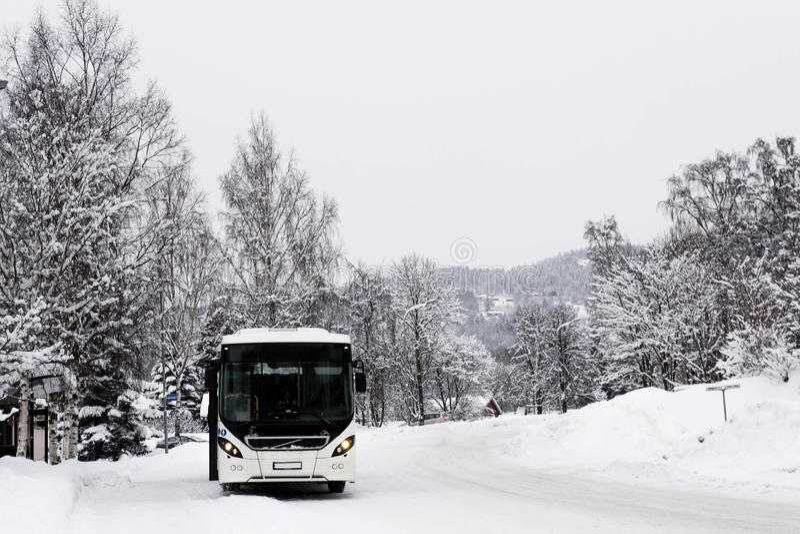 Witte bus in snow-covered landschap royalty-vrije stock foto