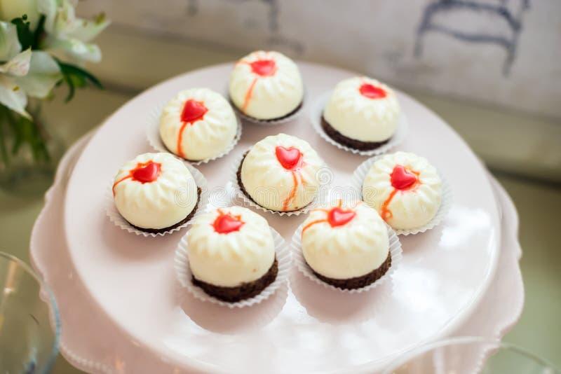 Witte cake met rode harten royalty-vrije stock foto