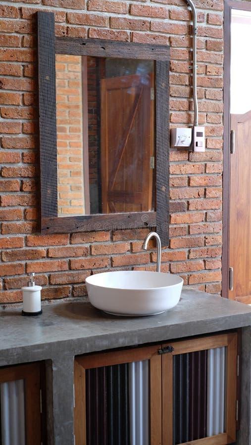 Witte ceramische bassin en spiegel in de badkamers stock foto