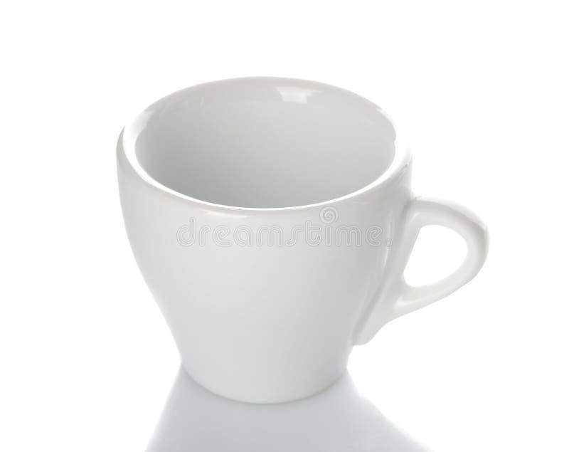 Witte ceramische koffiekop, Klassieke vorm voor het maken van koffie op wit geïsoleerde achtergrond Close-up stock afbeeldingen