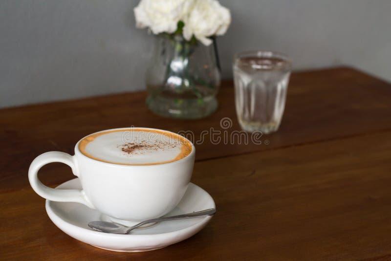 Witte ceramische koffiekop op houten lijst royalty-vrije stock foto's