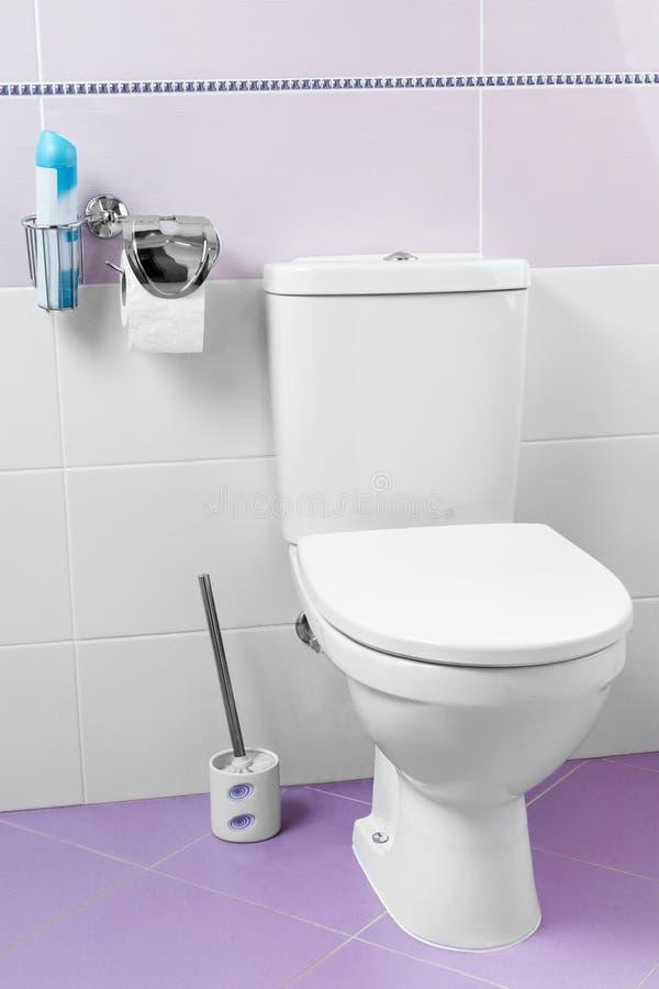 Witte ceramische toiletkom royalty-vrije stock afbeeldingen