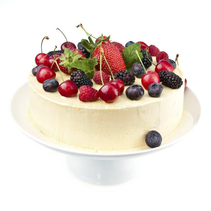 Witte chocoladecake met verse bessen stock foto