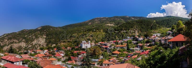 Witte Christian Orthodox-kerk in het bergdorp royalty-vrije stock foto