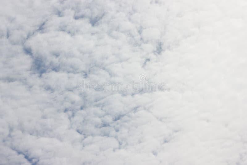 Witte cirrocumuluswolken op blauwe hemel royalty-vrije stock foto