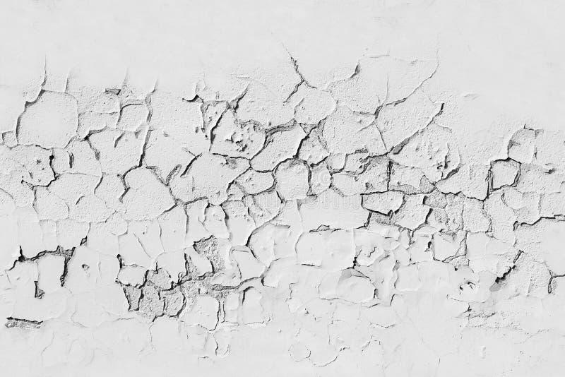 Witte concrete muur met gebarsten afschilferende verf stock foto