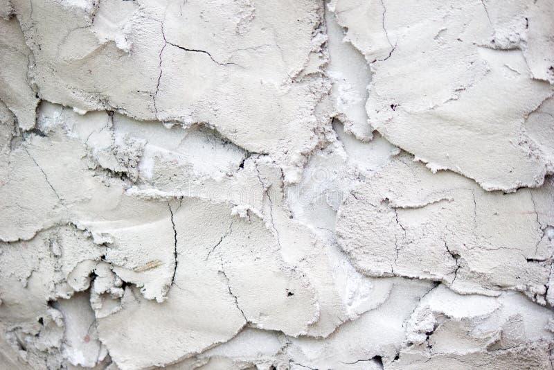Witte concrete muur met gipspleisterhulp Achtergrond textuur stock afbeelding