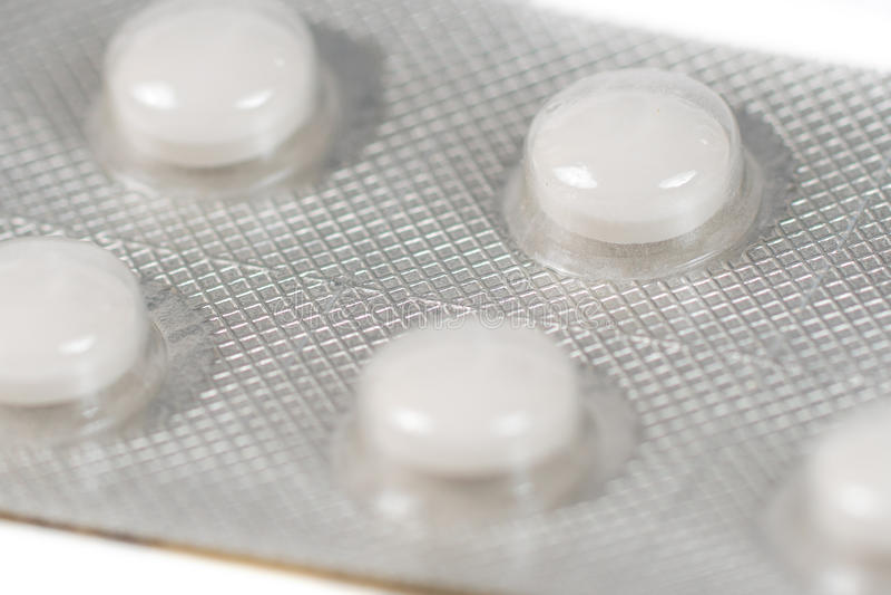 Witte contraceptiepillen in blaar stock fotografie