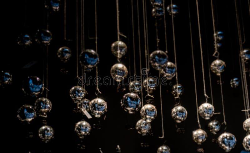 Witte de ballendecoratie van de Kerstmisvakantie in dark stock afbeelding