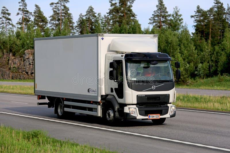 Witte de Leveringsvrachtwagen van Volvo FL op Autosnelweg stock foto's