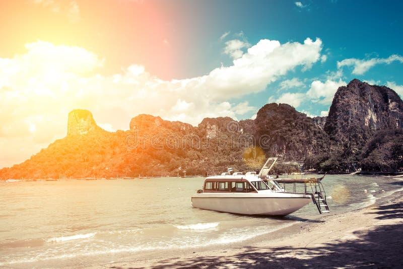 Witte de motorboot wachtende passagier van de luxemotor op de kust van een tropisch eiland Binnen vastgelegd op een zandig strand royalty-vrije stock afbeelding