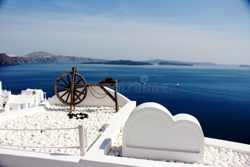 Witte decoratie op witte gebouwen, Santorini, Griekenland stock afbeelding