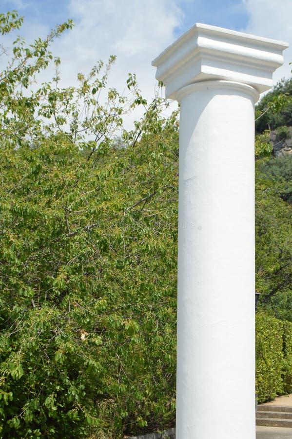 Witte decoratieve kolommen in Griekse stijl om het Park te verfraaien stock foto