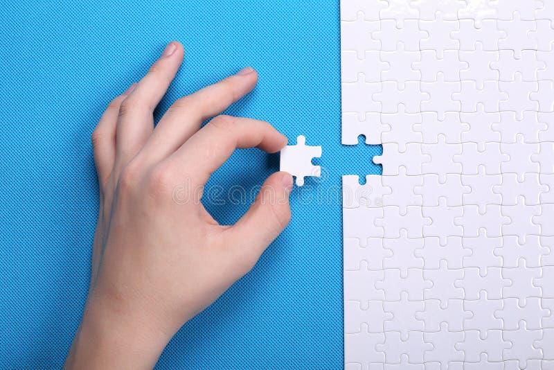 Download Witte Details Van Een Raadsel Op Een Blauwe Achtergrond Een Raadsel Is Pu Stock Afbeelding - Afbeelding bestaande uit concept, paar: 107702173